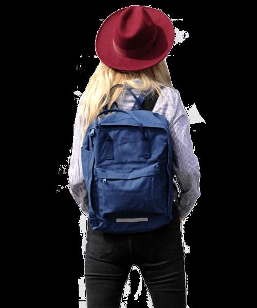 femme avec sac a dos